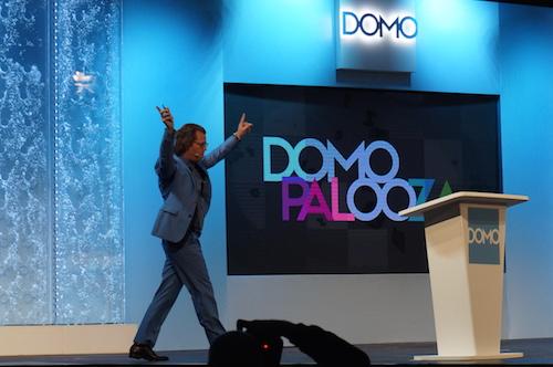 ダンス・ミュージックをBGMに登場したDomo 創業者CEO兼会長 ジョシュ・ジェイムズ氏